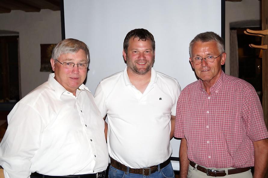 Von links: 2. Vorstand Sebastian Reiter, neues Vorstandsmitglied Bernhard Hauser, 1. Vorstand Franz Mayer. Nicht anwesend: Josef Christian Landinger